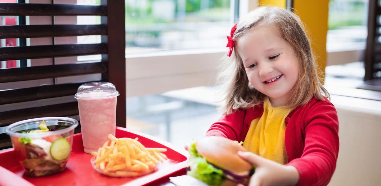 В Госдуме предложили запретить детям посещать рестораны фастфуда без родителей